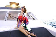 On ose la veste de smocking sur une robe de cocktail à motifs fleuris géants Joseph Ribkoff - Collection printemps / été 2017. A retrouver dans notre boutique New Capucine à Vesoul.