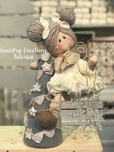 a modo mio Christmas Art, Christmas Decorations, Diy Rag Dolls, Animal Sewing Patterns, Fabric Brooch, Doll Hair, Soft Dolls, Wood Toys, Fabric Dolls