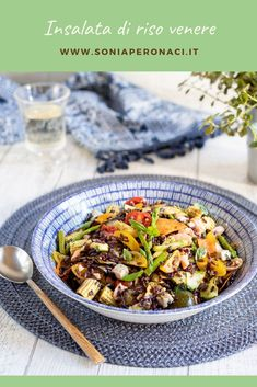 Scopri come preparare l'#insalata di #risovenere con #verdure miste e #salmone: un primo piatto di terra e mare colorato e gustoso perfetto per ogni occasione. L'insalata di riso venere che ti presento ha il grande pregio di essere versatile in tutti i sensi: puoi personalizzarla con gli ingredienti che preferisci, puntando magari su quelli di stagione, aromatizzarla con i sapori che ami e poi, il tocco finale, del buon basilico profumato per dare la giusta punta di freschezza!
