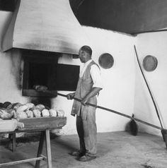 Artur Pastor Série Profissões. Panificação, décadas de 50/60. Vintage Photographs, Vintage Photos, Photo Black, Algarve, Old Pictures, Portuguese, Cool Photos, Art Photography, Black And White