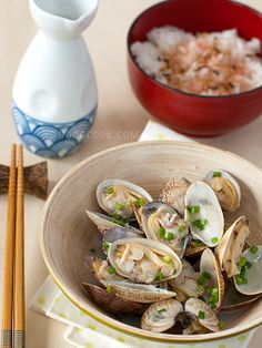 Sake-Steamed Clams This is a delightfully simple and fast recipe for Japanese-style steamed clams in sake (Japanese rice wine) and kombu (kelp) stock. The clams will usually open within 3 minutes of steaming, and overcooking them will result in shrunken clams with a rubbery texture. Because of the