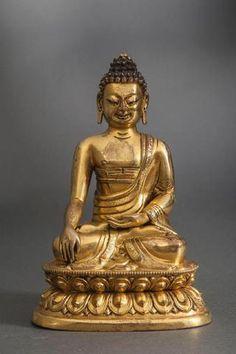 Buddha Maravijaya assis en Bumishparsha mudra sur un double socle lotiforme ,vêtu de la robe monastique Uttarasangha,. Bronze doré au mercure. Chine . Tibet . Dynastie Qing 18ème siècle. Ht 19cm x 12,5cm. Poids 1,200kgs