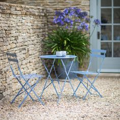 Channel Parisian luxury to your outdoor space with the Garden Trading droite bistro set. The perfect complement for classic and contemporary garden spaces.