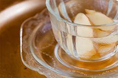 Muita gente gosta do chá de gengibre porque ele ajuda a curar resfriado e dor de garganta. Além desses benefícios, claro, o chá de gengibre é uma delícia que pode ser tomada a qualquer hora. Sirva bem quentinho para o sabor ficar ainda mais marcante.