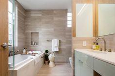 une baignoire en céramique et un revêtement mural effet bois