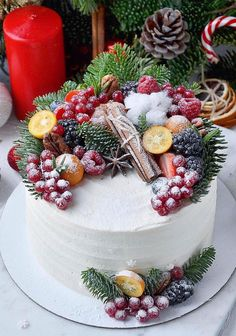 Seasonal Wedding Cake Ideas for a Winter Wedding Christmas Cake Designs, Christmas Cake Decorations, Holiday Cakes, Christmas Desserts, Christmas Treats, Christmas Baking, Cupcakes, Cupcake Cakes, Bolos Naked Cake