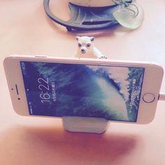 iPhone7をシロクマくんが支えとります。#iPhone7 #スマホスタンド #シロクマ #4633福ふく