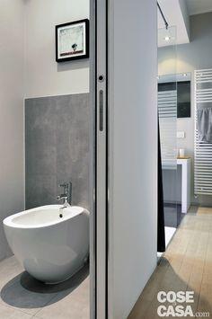 Soluzioni hi-tech risolvono l'ambiente giorno del bilocale, mentre parte del bagno fa tutt'uno con la camera, facendo guadagnare centimetri in più. E il bianco enfatizza lo spazio, il nero evidenzia gli elementi chiave.