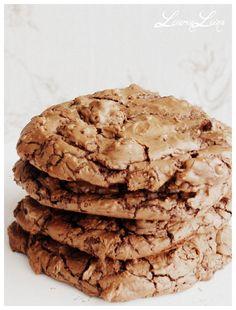 Nämä cookiet eroavat monista muista vertaisistaan suklaan määrässä. Yhteen taikinaan tulee lähes puoli kiloa suklaata  ja vain 85 g vehnäjau...