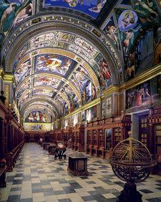 Biblioteca del Monasterio de San Lorenzo de El Escorial es un complejo que incluye un palacio real, una basílica, un panteón, una biblioteca y un monasterio. Se encuentra en la localidad de San Lorenzo de El Escorial, en la Comunidad de Madrid, España, y fue construido entre 1563 y 1584
