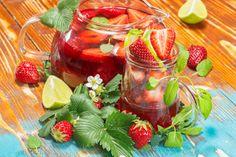 Warum die kleinen Gäste nicht auch mit einer tollen alkolfreien Bowle überraschen? Fruchtig, farbenfroh und nicht zu süß! Rezepte gibt's hier
