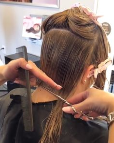 Hairstyles Over 50, Bob Hairstyles, Cutting Hair, Hair Falling Out, Hair And Beauty Salon, Great Pictures, Bobs, Barber, Scissors