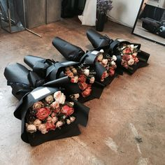 love the way they wrap their bouquets!
