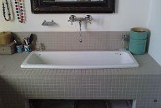 une vasque d'école Parquet Chevrons, Corner Bathtub, Alcove, Laundry, Bathroom, Inspiration, Home, Decoration, Bathroom Sinks
