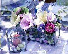 Tischdeko mit Blumen zum Familienfest im Garten