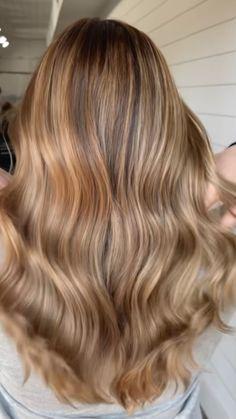 Dark Strawberry Blonde Hair, Caramel Blonde Hair, Dark Blonde Hair Color, Blonde Hair Shades, Hair Color Caramel, Brown Hair With Blonde Highlights, Balayage Hair Blonde, Dark Hair, Light Skin Hair Color