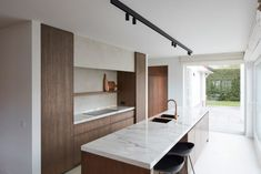 How to design your kitchen design in a thematic area – lamp ideas Dark Wood Kitchens, Home Kitchens, Humble House, Green Kitchen Cabinets, Kitchen Benches, Contemporary Kitchen Design, Cuisines Design, Renting A House, Kitchen Interior