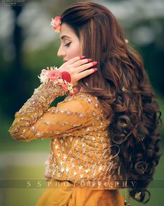 Brides think of finding the most suitable wedding, but for this they need the perfect bridal gown, with the bridesmaid's dresses enhancing the wedding brides dress. Here are a few tips on wedding dresses. Fancy Wedding Dresses, Bridal Mehndi Dresses, Romantic Wedding Hair, Bridal Outfits, Wedding Looks, Pakistani Dresses, Pakistani Mehndi, Frock Fashion, Ladies Fashion