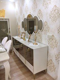 Bu göz alıcı İzmir evinin her detayı, mükemmeliyetçi ev sahiplerini ele veriyor. Living Room Sofa Design, Home Room Design, Dining Room Design, Home Interior Design, Living Room Mirrors, Home Living Room, Living Room Decor, Home Decor Furniture, Furniture Design