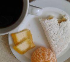 Quarteto da alegria: tapioca recheada com doce de abacaxi  tangerina  bolo de puba  café. O doce de abacaxi é muito fácil de fazer. Eu descasquei um abacaxi e cortei em cubos. Em uma panela coloquei 2 colheres de sopa de açúcar demerara levei ao fogo baixo. Quando o açúcar começou a derreter coloquei um pouco de água e acrescentei 12 cravos da índia e o abacaxi cortado. Fui mexendo de tempos em tempos. O abacaxi solta bastante água logo não renderá tanto. Quando tiver com uma cor mais…