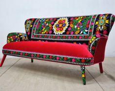 Está tapizado de nuestro sofá favorito patchwork bohemio por vintage Suzani, Hmong Tailandia y telas de terciopelo de color azul marino. Hermosa combinación de colores encantadores rodeado de coloridos pompones. La construcción de madera de haya, goma espuma, pompones de colores y la tela de terciopelo son a estrenar. El marco se hace de la madera dura secada al horno. Es una pieza cómoda, elegante y única.  End-to-end dimensión (cm): grande dos plazas 205 cm de ancho, 95 cm de profundidad…