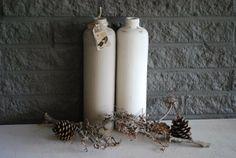 Set van 2 oude kruikflessen. oud wit en taupe kleur.(mat) met een nostalisch label en metalen bedel om 1 van de flessen.    € 10,00