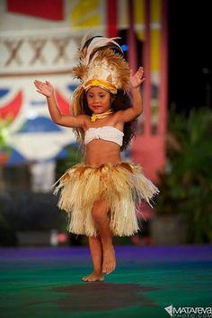Just dance! Polynesian Dance, Polynesian Culture, Beautiful Children, Beautiful People, Tahitian Costumes, Tahitian Dance, Hawaiian Dancers, Hula Dancers, Hula Girl