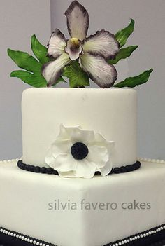 Torta de bodas con orquidea negra y blanca   Wedding cake with a black and white orquid