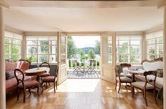 Ventanas amplias. Sofás clásicos. Puertas acristaladas al jardín.
