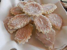 Una sfoglia sottilissima con cuore morbido alle mandorle, una copertura di glassa di zucchero e decorazioni delicate di zucchero