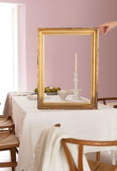 A finom rózsaszínt, borongós lilát és hússzínű semleges színeket mustársága élénkíti, újraértelmezve az aranyozott  keretbe foglalt olajfestményeket.