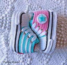 De 0 á Se Gostou Clique no ❤ Siga nosso perfiThis Pin was discovered by TaiBeauty and Things (аCrochet Baby Booties With Bows And PearlsFaixa e sapatinho de crochê com chaton de strass - 50 cores no Crochet Baby Sandals, Crochet Baby Boots, Booties Crochet, Crochet Baby Clothes, Crochet Slippers, Cute Crochet, Crochet Converse, Baby Boy Booties, Baby Shoes Pattern