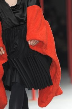 Phong cách khác biệt trên mọi phương diện, từ chất liệu, kiểu dáng, màu sắc, đến cách hoàn thiện trang phục, phủ nhận hoàn toàn những quy tắc tưởng chừng bất di bất dịch của thời trang phương Tây.