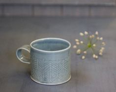 Esta es la taza que usted tendrá que tomar su café matutino con!  Taza de café de cerámica blanca en un gran tamaño para los amantes del café, adornado con líneas rectas patrones en diseño moderno. Esta taza de té acogedor es perfecta para su té de hierbas de la noche, acurrucarse en el sofá o en la cama con capuchino o chocolate caliente.  Hecho de hojas porcelánico doblado estampadas con diseño de líneas modernas. Sumergida en esmalte blanco mate, quemado a alta temperatura.  > 3.alto. 4…