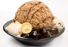 メルセデス・ベンツのロゴマークのホワイトチョコがトッピング  (写真は「コーヒーかき氷」)