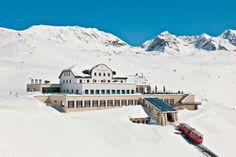 romantic muottas muragl hotel in Swizerland Most Luxurious Hotels, Luxury Hotels, Carlton Hotel, Beste Hotels, Swiss Alps, Stay The Night, Grand Hotel, Winter Is Coming, Beautiful Landscapes