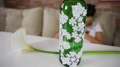 Ana Loureiro ensina como personalizar e customizar uma garrafa de vinho utilizando pedaços de renda. Veja como ele fica decorada com renda.