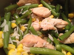 Rijst met sperziebonen, kip en maïs. Vanaf 6 maanden, voor twee porties. 150 gr sperziebonen, 50 gr maïs, 2 el rijst en een paar stukjes kipfilet. Bak de kip in een beetje margarine gaar. Breng de sperziebonen en de maïs aan de kook. Zodra het kookt de rijst toevoegen. 8 minuten laten koken op zacht vuur. Afgieten en de kip bij de groenten doen. Pureer tot de gewenste dikte. Bewaar een portie maximaal 24 uur afgedekt in de koelkast. Let goed op welke maïs je koopt. Pot/blik bevat zout en…
