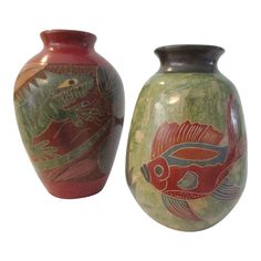 Pair of pottery vases from artist Nelson Geovanny Duarte Cazare of Spain. Rust shaded vase features two lizards (one black and one green) amongst. Glazes For Pottery, Pottery Vase, Tropical Leaves, Tropical Fish, Green Vase, Shades Of Black, Vintage Antiques, 3 D, Room Decor