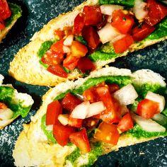 Bruschetta de tomate com pesto de espinafre