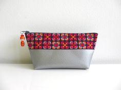 trousse KOKESHI FLEURS PEP'S en simili cuir gris perlé et tissu violet à fleurs rouges, roses et oranges