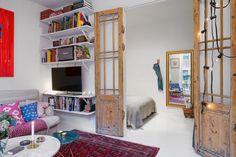 porte lambda par une porte ancienne, vitrée, laissé en bois brut, qui apporte un charme fou à l'appartement.
