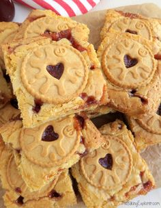 Yummy white chocolate Jammie Dodger Blondies with biscuits and strawberry jam! An easy traybake recipe, great for parties and bake sales. Tray Bake Recipes, Easy No Bake Desserts, Baking Recipes, Dessert Recipes, Baking Ideas, Easy Baking For Kids, Cake Recipes, Bake Sale Recipes, Easter Recipes