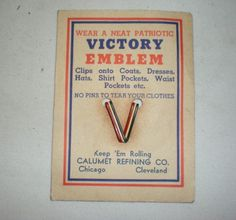 Vintage-WWII-V-for-Victory-Celluloid-Plastic-Emblem-Pin-Original-Card-WW-2