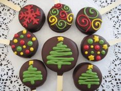 Neat take on a cake pop, wonder if you could use macarons? Holiday Cakes, Christmas Desserts, Christmas Baking, Christmas Treats, Holiday Treats, Christmas Cake Pops, Christmas Chocolate, Noel Christmas, Christmas Goodies