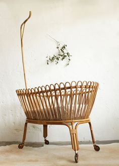 Vintage rattan crib - atelierdupetitparc.fr