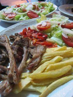#Chuleta de #cordero con patatas fritas y #ensalada. Ver receta: http://www.mis-recetas.org/recetas/show/44409-chuleta-de-cordero-con-patatas-fritas-y-ensalada