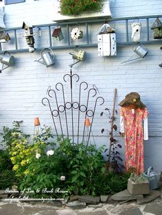 2. Use an old ladder to display collections | Community Post: 17 Charming Garden Art DIYs  Could ladder be the top of a fence to add some interest?