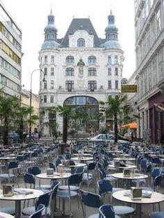 Vista de un café terraza en Viena, Austria