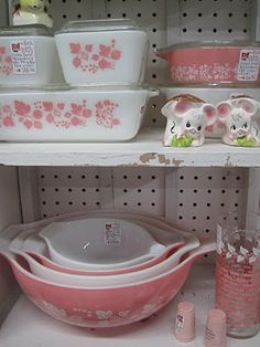 My newest obsession...vintage pyrex... love this pink!   And I've found a few other patterns that's mom had.  The best bowls and casserole dishes